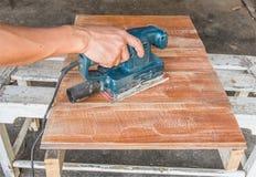 доска древесины заполированности электрического шлифовального прибора Стоковая Фотография
