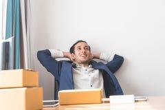 Ослаблять бизнесмена сидя на столе офиса Стоковые Фото