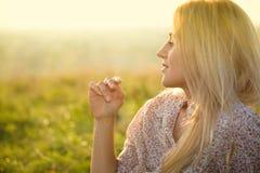ослаблять девушки поля зеленый Стоковое Фото