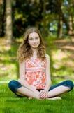 ослаблять девушки outdoors предназначенный для подростков Стоковая Фотография RF
