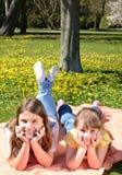ослаблять девушок счастливый напольный Стоковое Фото