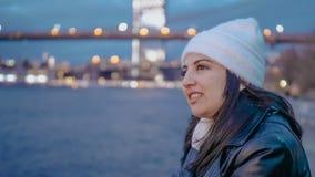 Ослаблять на Гудзоне Нью-Йорке с красивым выравниваясь взглядом над светами города Манхэттена стоковая фотография rf