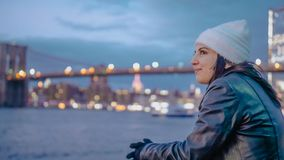 Ослаблять на Гудзоне Нью-Йорке с красивым выравниваясь взглядом над светами города Манхэттена стоковые фото