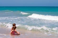 Ослаблять на пляже стоковые изображения rf
