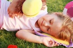 ослаблять травы девушки счастливый Стоковые Фото