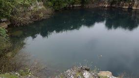 Ослабляя взгляд красивой албанской природы Светлый дождь падает в естественное озеро окруженное зеленой флорой видеоматериал