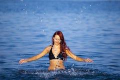 ослабляя детеныши женщины моря стоковая фотография