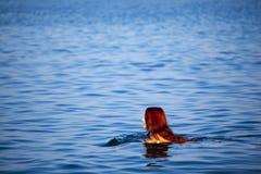 ослабляя детеныши женщины моря стоковые фотографии rf