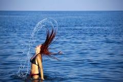 ослабляя детеныши женщины моря стоковое изображение