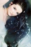 ослабляя женщина воды стоковые фотографии rf