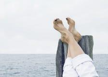 ослабляя женщина моря Стоковое Изображение