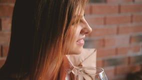Ослабляя кафе вина стекла владением бизнес-леди работы видеоматериал