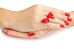 Ослабляя руки при красный изолированный маникюр Стоковые Изображения