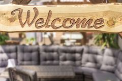 Ослабляя угол гостиной в современном дизайне и положительном знаке стоковая фотография