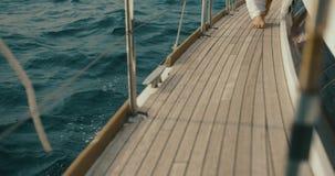 ослабляя яхта Босоногие шаги женщины чувствительно на яхте где-то на озере акции видеоматериалы