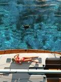 ослабляя яхта женщины стоковая фотография
