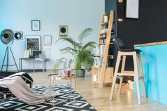 Ослабьте комнату с barstool стоковое фото