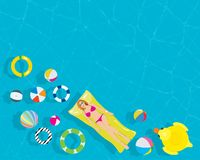 Ослабьте молодую женщину с красочным шариком пляжа кольца заплыва в бассейне курорта иллюстрация штока