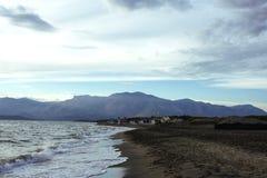 Ослабьте морем около больших и высоких гор и голубого неба Стоковое фото RF
