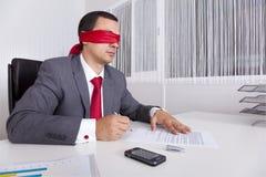 ослепите бизнесмена его деятельность компьтер-книжки стоковые фотографии rf