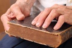 ослепите женщину рук книги стоковые изображения rf