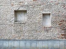 Ослепите изогнутые окна подвала в старом постаретом доме красных кирпичей стоковые изображения