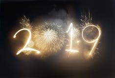 Ослеплять золото торжества фейерверка 2019 Новых Годов стоковые фотографии rf