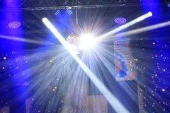 Ослеплять светя света на этапе концерта стоковая фотография