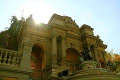 Ослеплять Солнце светя через фонтан Нептуна на парке Cerro Санта Lucia, историческом парке в Сантьяго, Чили стоковые фотографии rf