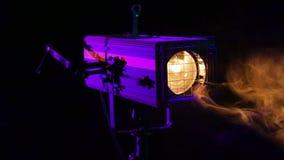 Ослепляя луч вращая театральной фары профиля в слойке дыма на этапе акции видеоматериалы