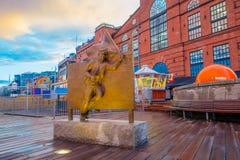 ОСЛО, НОРВЕГИЯ - 8-ОЕ ИЮЛЯ 2015: Бронзовая статуя человека Стоковые Фотографии RF