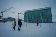 ОСЛО, НОРВЕГИЯ - 26-ОЕ МАРТА 2018: eautiful внешний взгляд неопознанных людей катаясь на лыжах на оперном театре дом  Стоковые Фото