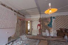 Осмотрите винтажную комнату с fretwork на потолке квартиры во время нижних реновации, remodeling и конструкции Стоковое Фото