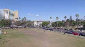 Осмотрите вниз с дороги и embankmet океана сток-видео