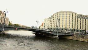 Осмотрите городской пейзаж и мост Weidendammer на реке оживления в городе Берлина, Weidendammer Brcke, кораблях туриста на реке видеоматериал