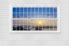 осмотрите заход солнца вида на море от деревянных окна и стены, Паттайя, thail Стоковая Фотография