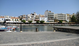 Осмотрите к ажио Nikolaos над озером Voulismeni, Критом, Грецией стоковые фотографии rf