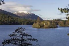 Осмотрите над озером Eilein показывая свой остров с руинами a замка стоковые фотографии rf
