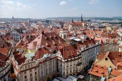 Осмотрите сверху к крыть черепицей черепицей крышам старого городка, панорамы Праги, стоковое изображение