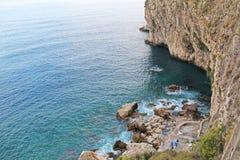 Осмотрите сверху на море и камнях или утесах в городе Taormina Остров Сицилии, Италии Красивый и сценарный взгляд  стоковое фото rf