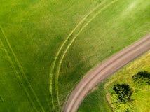 осмотрите сверху на поле с дорогой в России стоковая фотография rf