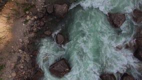 Осмотрите сверху на течении воды, пропусках реки рядом с песочным берегом акции видеоматериалы