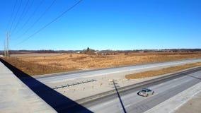 Осмотрите сверху сельское шоссе от моста Точка зрения шоссе сельской местности от моста видеоматериал