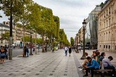 Осмотрите смотреть вниз с Champs-Elysees выровнянного деревом с покупателями и туристами в Париже стоковая фотография rf