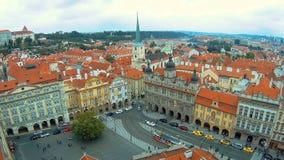 Осмотрите снизу вверх на крышах зданий и церков St. Thomas в Праге от вершины St Nicholas видеоматериал