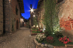 Осмотрите форму внутренность средневековой деревни Ricetto di Candelo в Пьемонте, используемой как убежище во времена нападения в стоковое фото rf