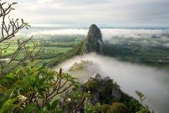 Осмотрите форму пик Khao ни с туманом в утре в Nakhon Sawan, Таиланде стоковые фотографии rf