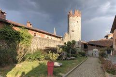 Осмотрите форму снаружи средневековой деревни Ricetto di Candelo в Пьемонте, используемой как убежище во времена нападения во вре стоковое изображение rf