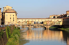 Осмотрите Ponte Vecchio и реку, Флоренс, Италию Стоковая Фотография