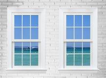 осмотрите seascape от деревянных окна и кирпичной стены, города Паттайя, t Стоковые Фотографии RF